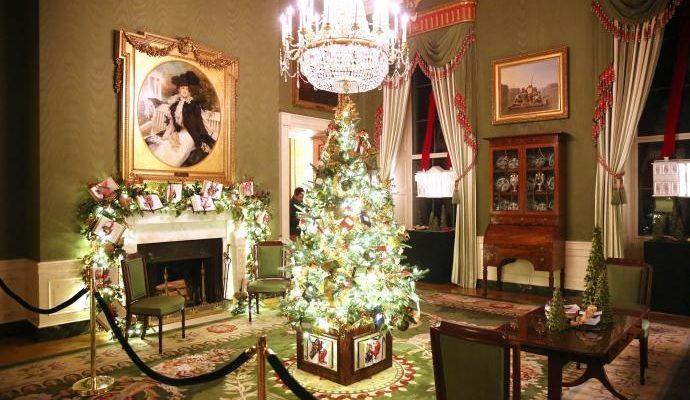 En plein mois de mars, des Américains accrochent leurs guirlandes de Noël