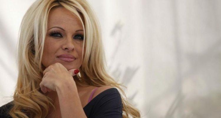 Ne supportant plus le confinement,   Pamela Anderson se dévoile entièrement nue sur Instagram…
