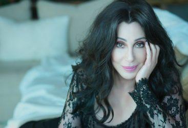 La légendaire chanteuse Cher célèbre ses 74 ans!