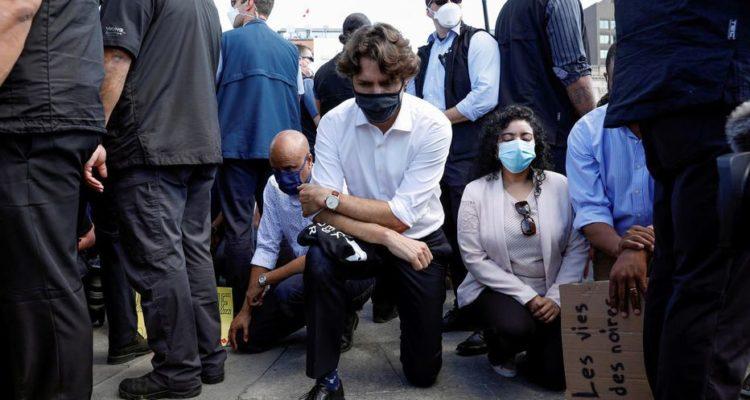 Justin Trudeau pose un genou à terre pendant 8 minutes