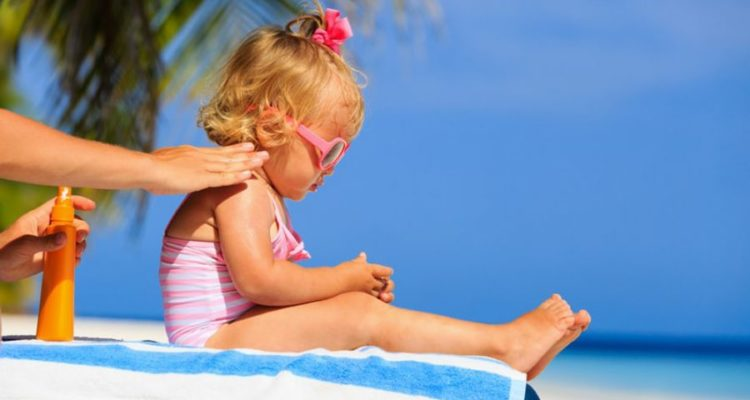 Alerte sur la composition des crèmes solaires pour enfants