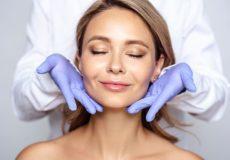 Les conseils des dermatologues pour prendre soin de sa peau à l'approche de l'été