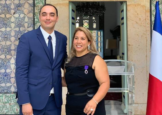 Une Tunisienne décorée des insignes de Chevalier dans l'Ordre des Palmes académiques françaises