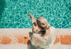 Covid-19: Peut-on se baigner sans risque à la mer ou à la piscine?